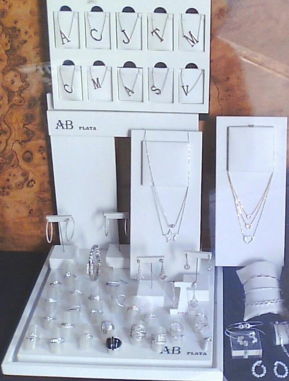 Tot,en plata i circonites de tots els preus i inicials diferents